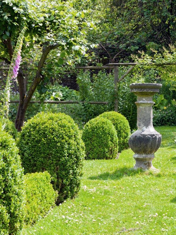 In een tuin met een Franse stijl, classicistische tuin of formele tuin komen buxusvormen zoals deze goed tot hun recht
